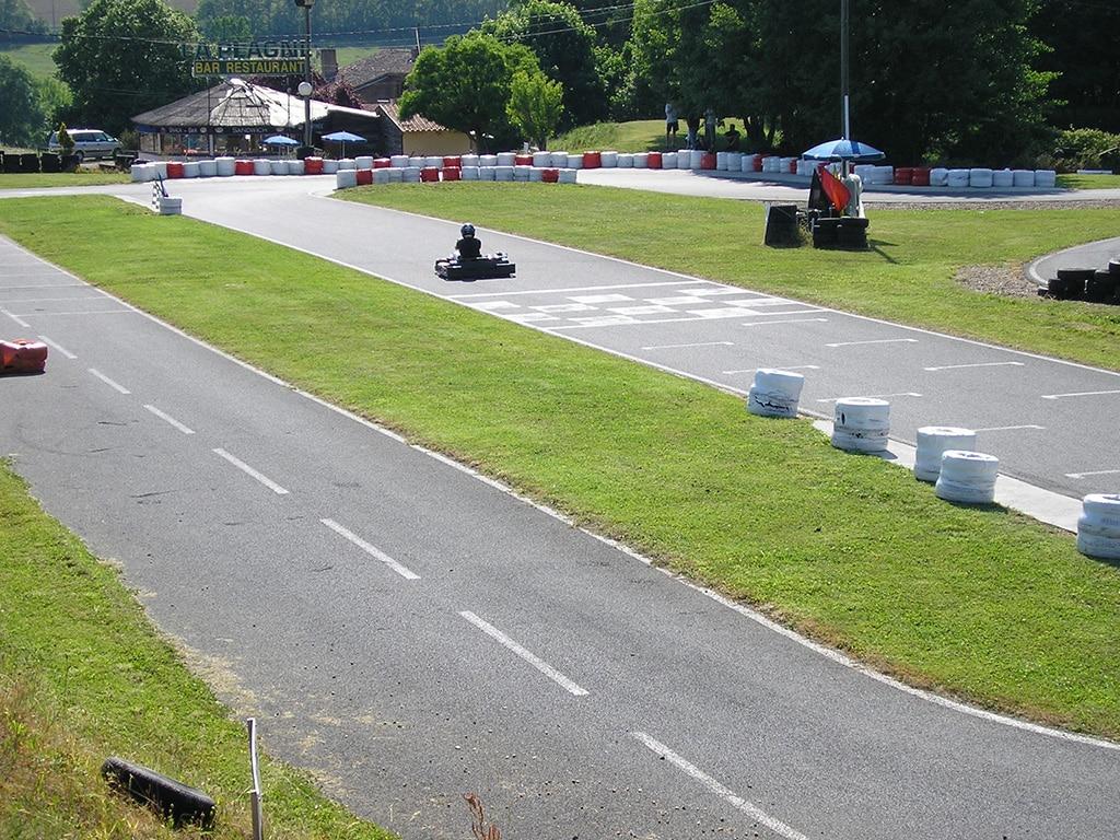 Allée des stands et ligne droite de la piste de karting Bully