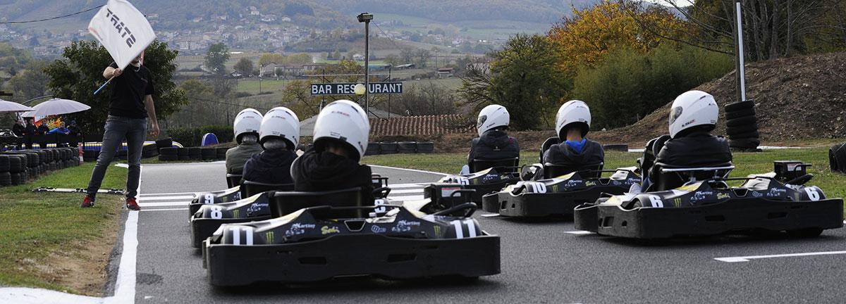 karts sur la ligne de départ karting évasion