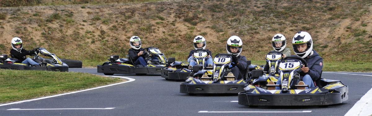 groupe de 6 pilotes de kart en piste karting dagneux