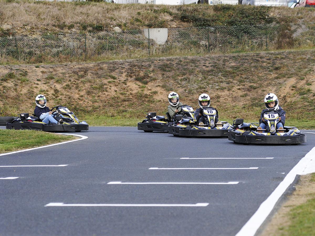 pilotes de kart dans un virage circuit karting bully