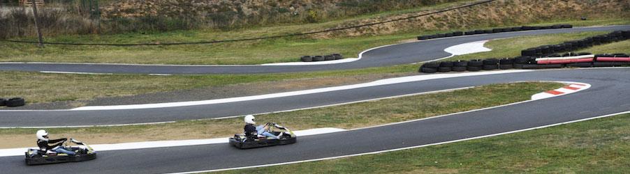 karts sur le circuit karting le creusot avant un virage