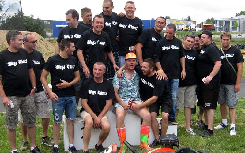 enterrement de vie de garçon de sim photo de groupe karting évasion