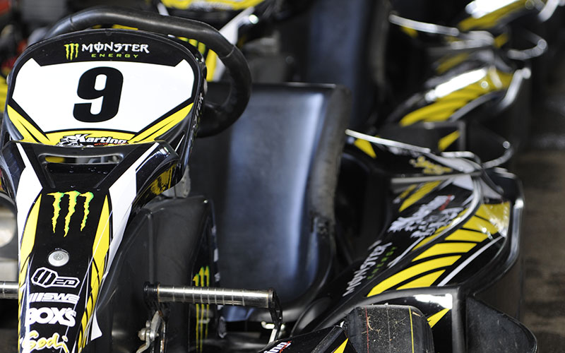 kart noir et jaune à l'arrêt