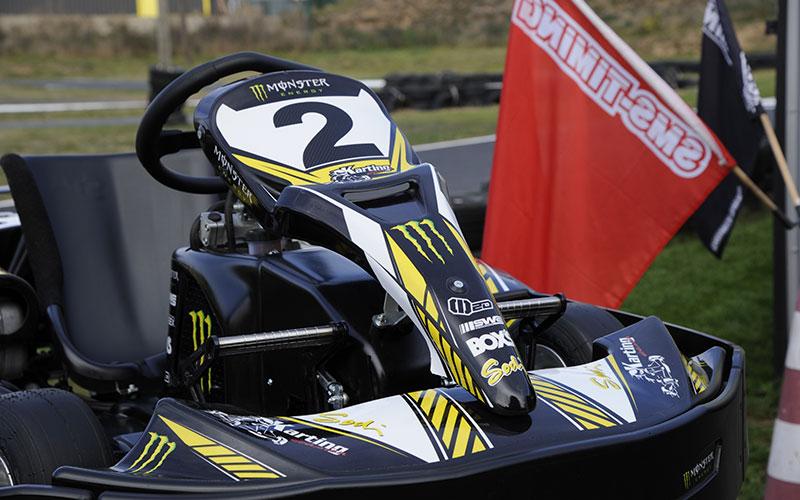 kart à l'arrêt karting évasion drapeaux
