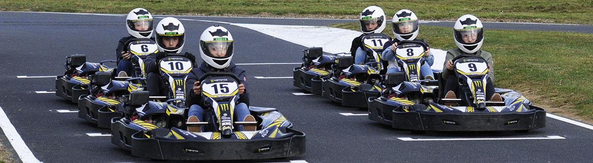 Pilotes de kart sur la piste de bully karting 69