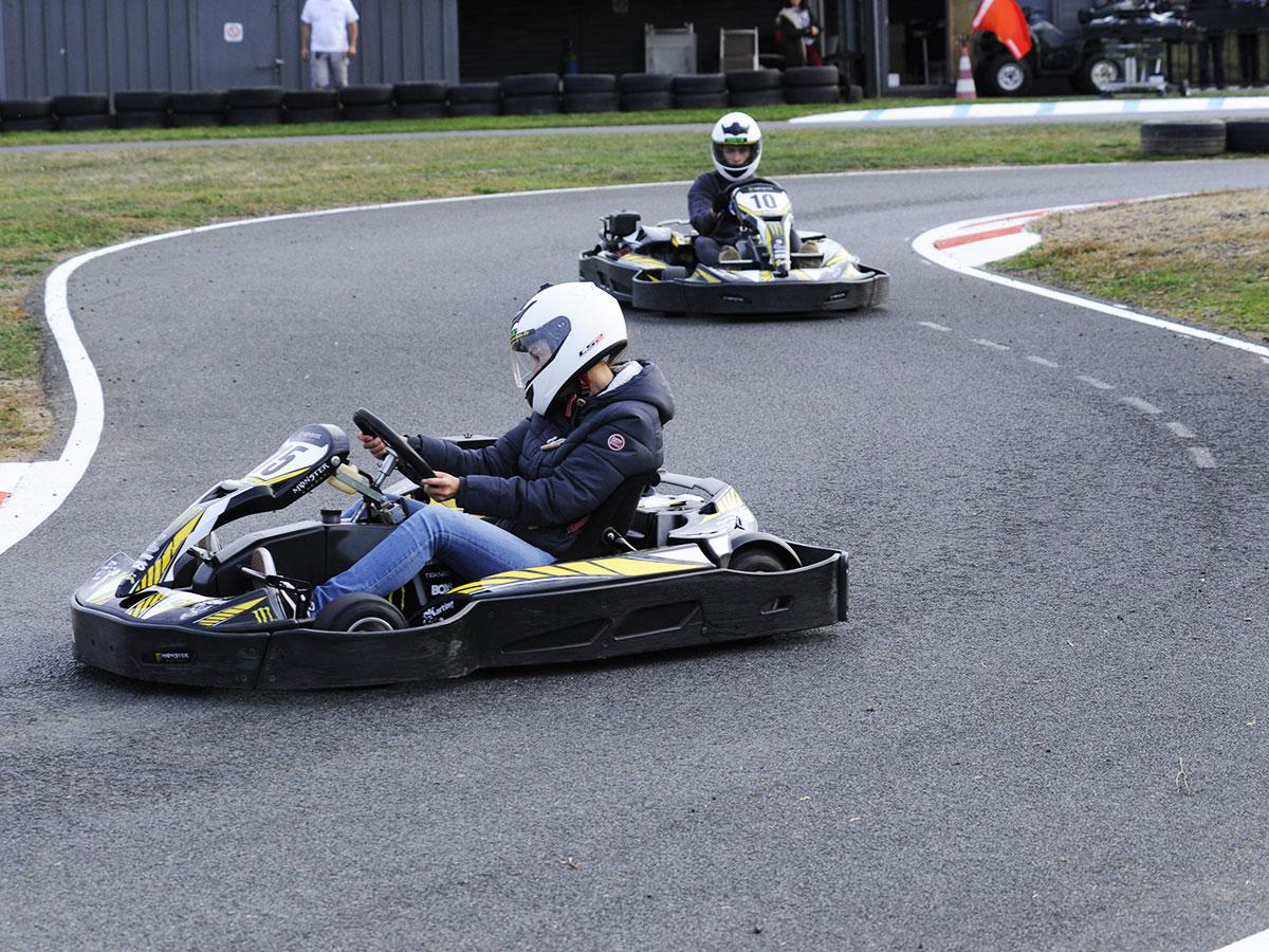 deux karts dans un virage circuit karting bully
