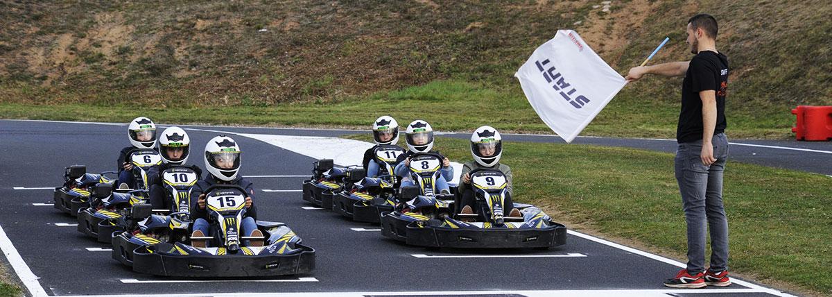 groupe en piste franchit la ligne d'arrivée karting lyon
