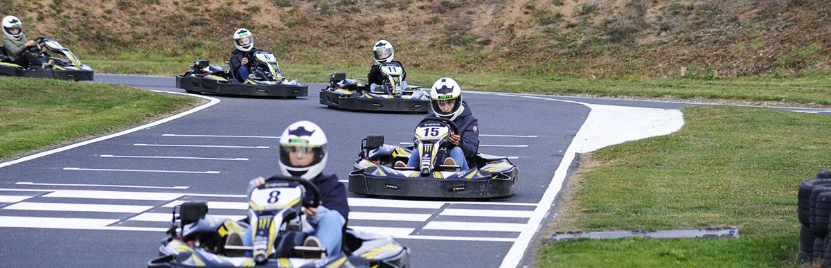 pilotes de kart sur la ligne d'arrivée de la piste karting lyon outdoor plein air