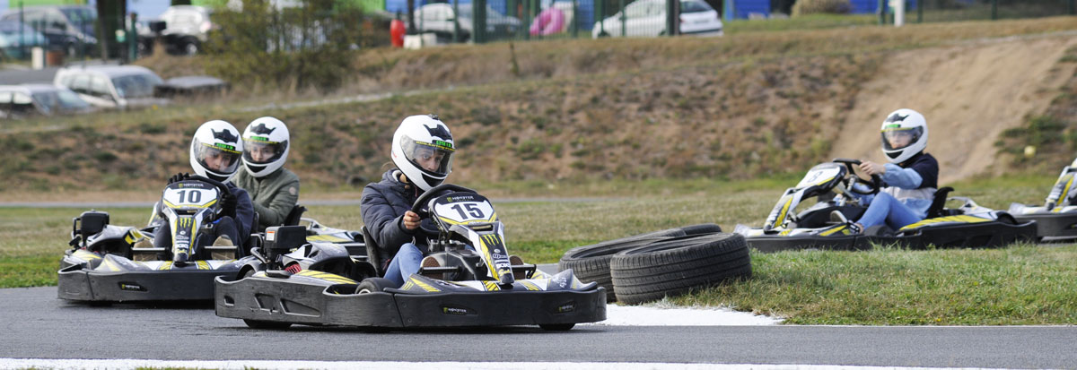 pilotes de karts en piste karting montluel