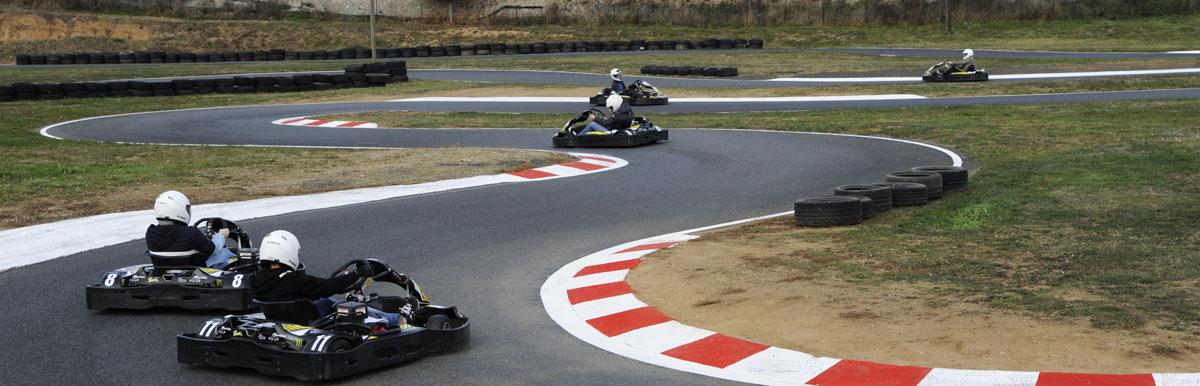pilotes de kart sur la piste dans notre karting rhône-alpes