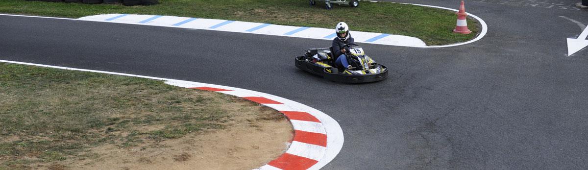 pilote de kart seul en piste karting rhône