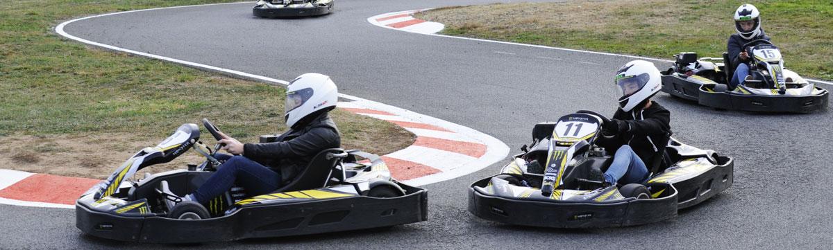 pilotes de karts sur la piste location de karting loisir